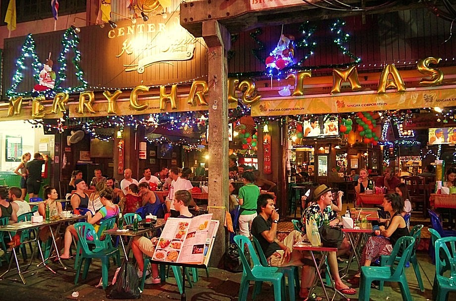 a packed pub in khao san road during christmas